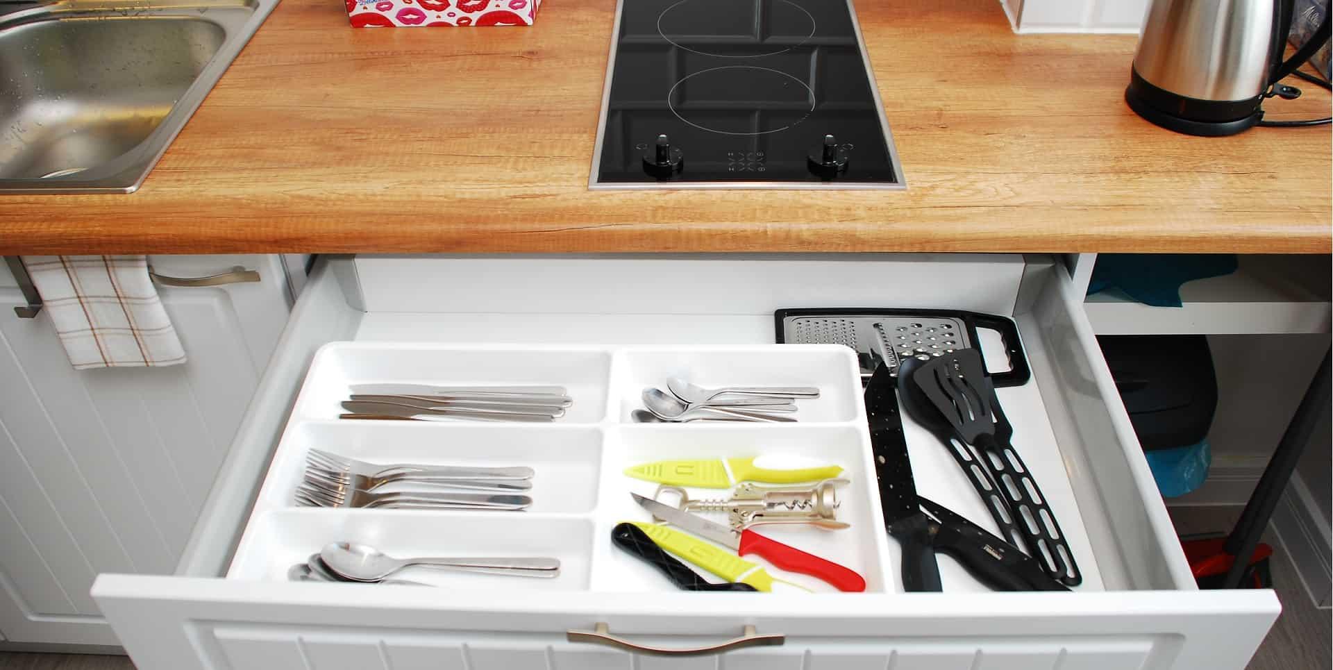 Sztućce, naczynia i garnki na swoim miejscu